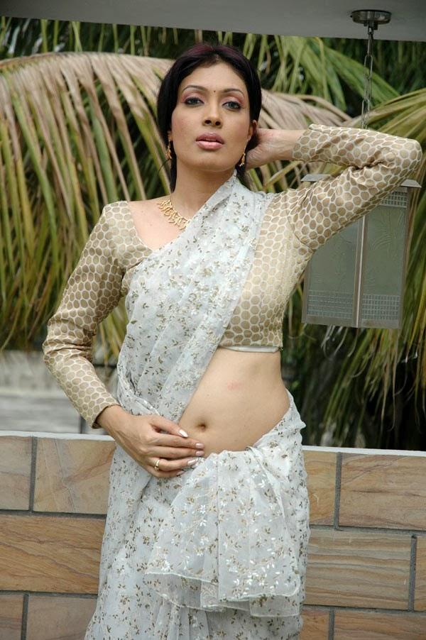 Kerala Mallu Aunty Surabhi Sexy Saree Pallu Drop Exposing