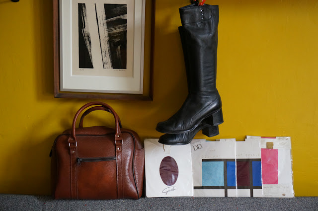 un sac 70s et des collants à Horizon, des bottes boots années 70 1970s bag