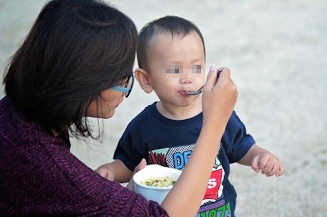 Menyuapi Anak Sambil Bermain, Status Ibu Ini Beri Tamparan Keras Pada Semua Orang Tua