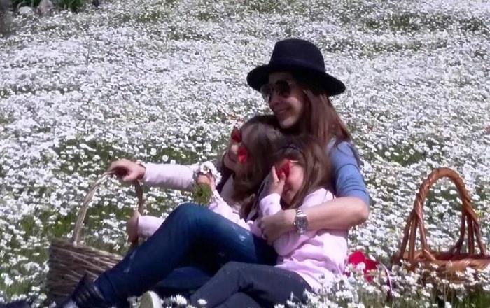 نانسى عجرم مع بناتها الدنيا ربيع والجو بديع