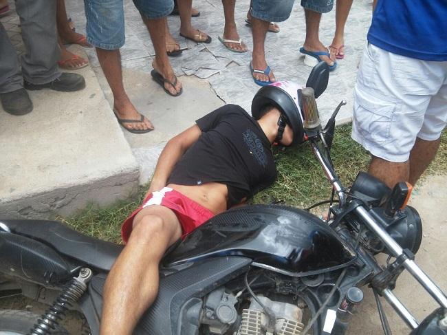 Policial reage a assalto, troca tiros com bandidos e mata um deles