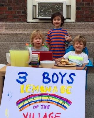 Meninos de 4 e 3 anos roubam a cena na Parada LGBT de Nova York