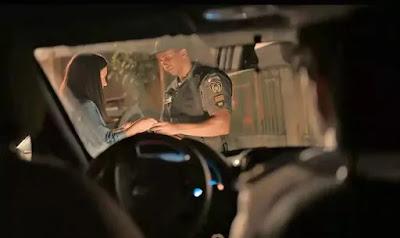 Thelma (Adriana Esteves) é parada pela polícia, em 'Amor de Mãe'