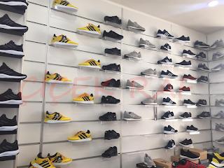 Ayakkabı mağazalarında kullanılan kullanışlı raflar