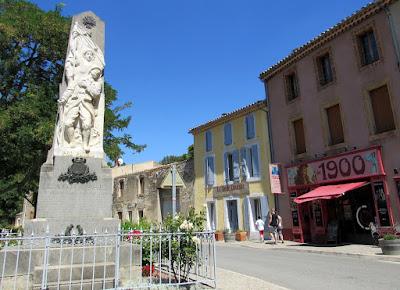 el pueblo de Lagrasse  dentro de la ruta por el País de los Cátaro, Francia. Monumentos a los caídos en guerra
