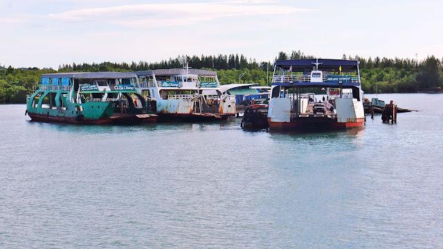 Изображение нескольких паромов у причала, Тайланд