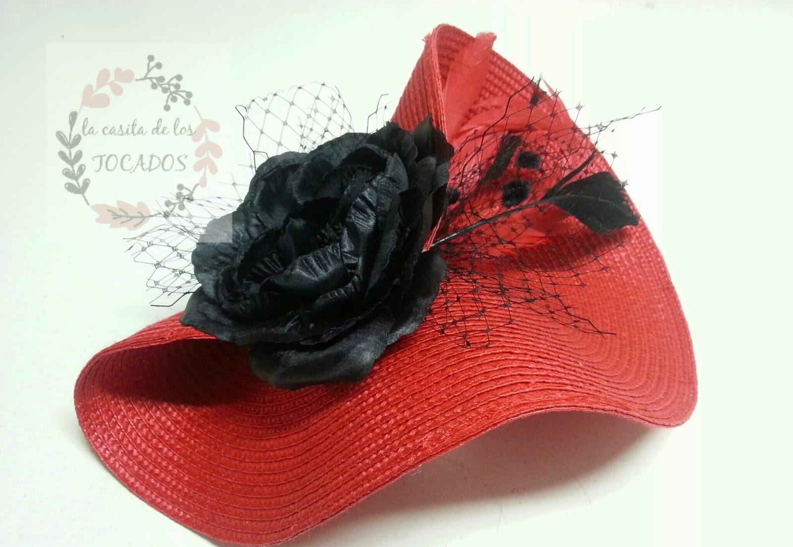 tocado con base de paja sintética en color rojo y negro con velo, flor y plumas