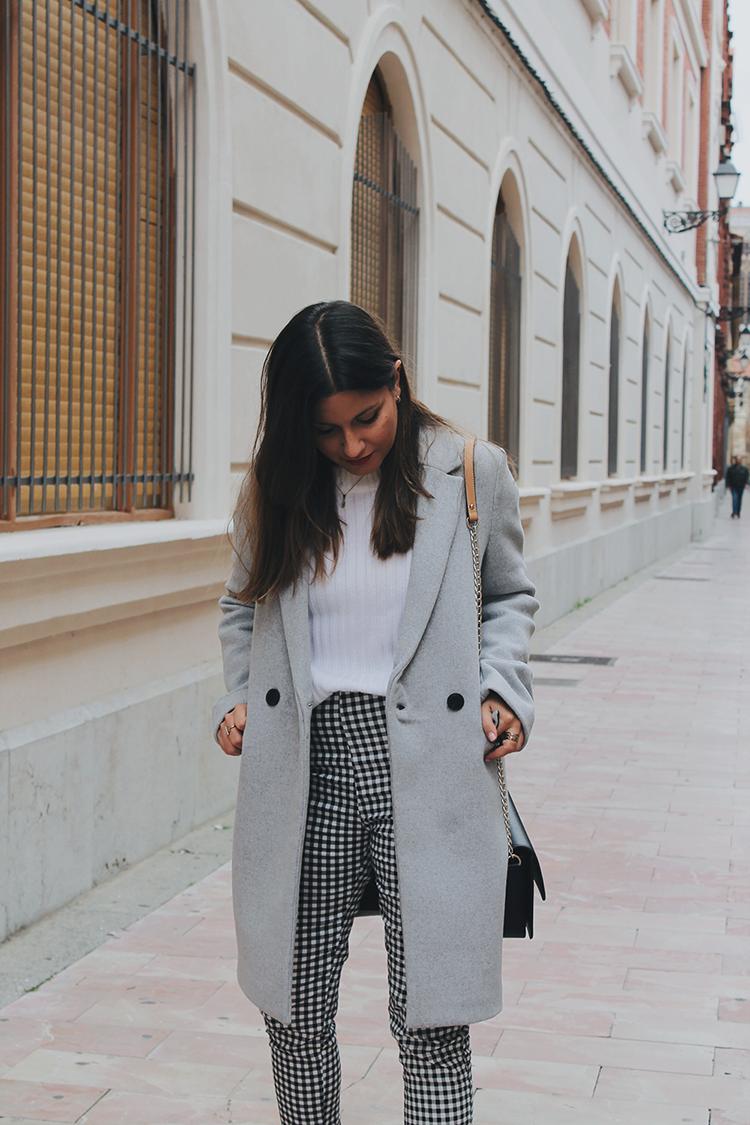 Look pantalón de cuadros vichy abrigo gris