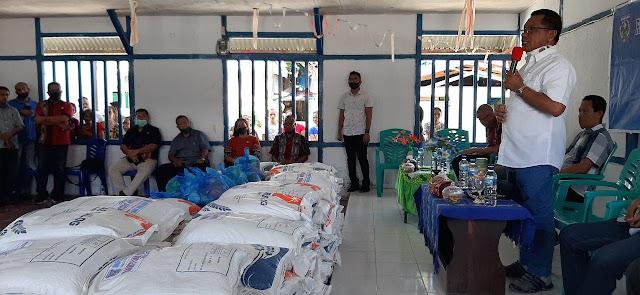 Petrus Fatlolon Serahkan Paket Sembiako ke Masyarakat Ekonomi Lemah di Bomaki, Arui dan Alusi Raya