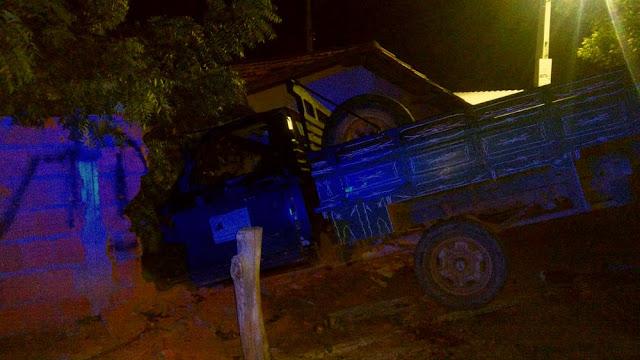Motorista de caminhonete perde controle da direção e veículo invade imóvel em Barreiras