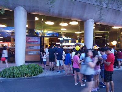 Antrean pengunjung mengular hingga keluar food court di dalam Gardens by the Bay (dok. pribadi)