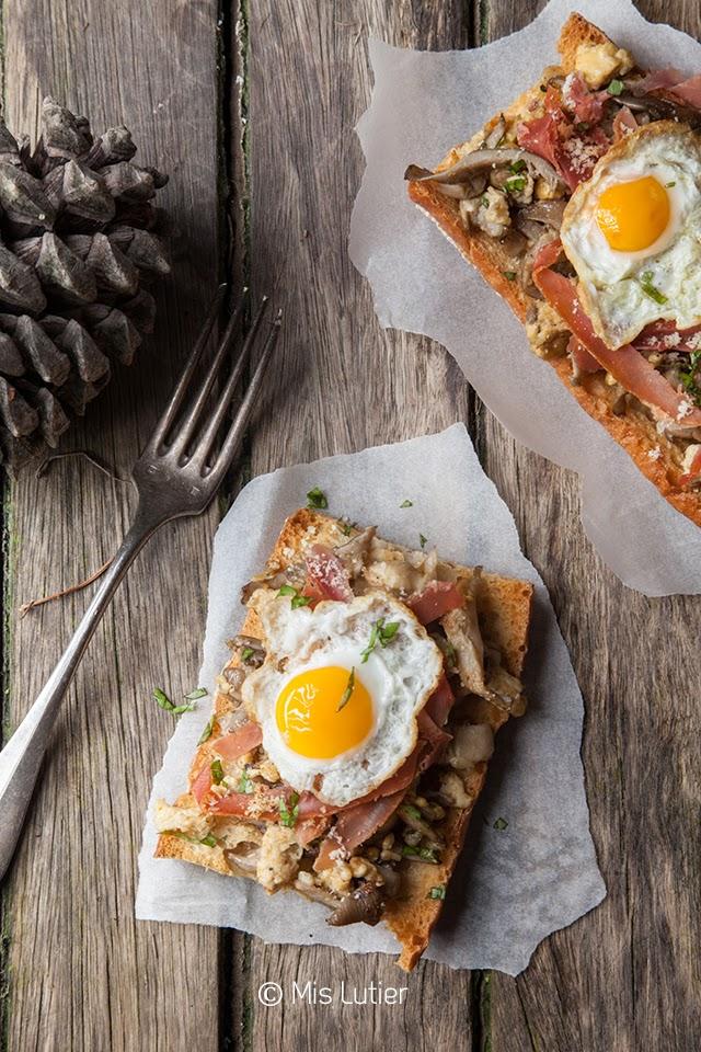 Tartines de setas, huevos de codorniz y parmesano
