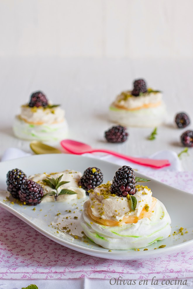 Mini Pavlovas con crema de limón y moras