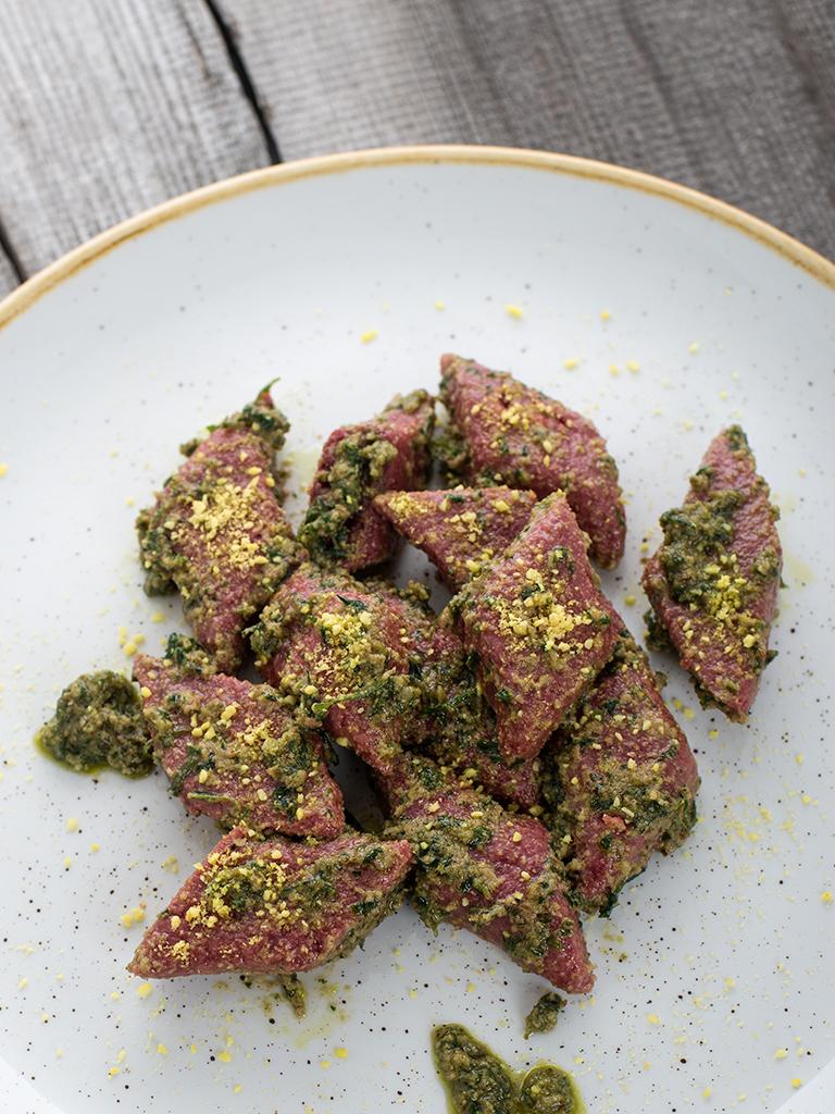 Kopytka z burakow z pietruszkowym pesto - przepis weganskie, bezglutenowe roslinna kuchnia blog kulinarny