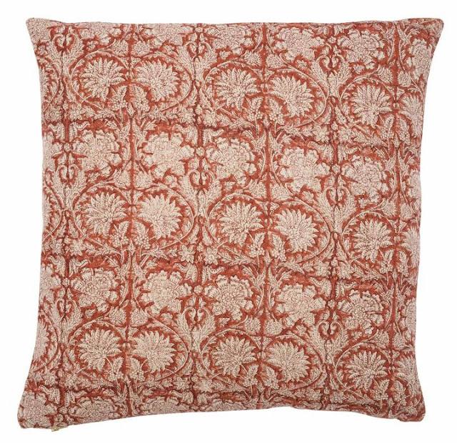 Röd kudde i mönstrad linne från Chamois. En riktigt julkudde!