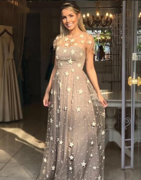 2f4edbda7 02- Geralmente prefito cores alegres para casamentos durante o dia mas este  vestido do Closet da May vale a pena quebrar a regra. Contato da loja aqui.