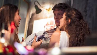Leila (Jade Cardozo) chega junto com Filipe (Pedro Novaes) e deixa Rita (Alanis Guillen) irritada, em 'Malhação - Toda Forma de Amar' — Foto: TV Globo