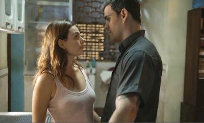 Os dois ficam atraídos e terminam a noite juntos — Foto: TV Globo