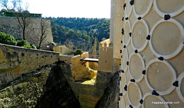 Decoração em esgrafiado nas paredes do Alcázar de Segóvia e a ponte sobre o fosso