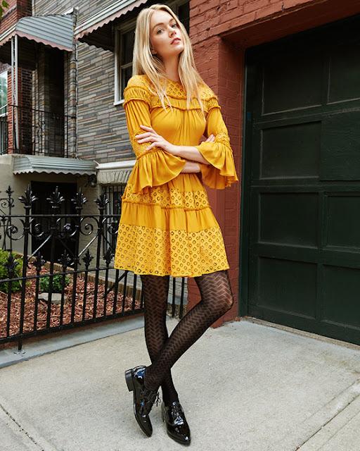 Желтое платье с ажурными колготками