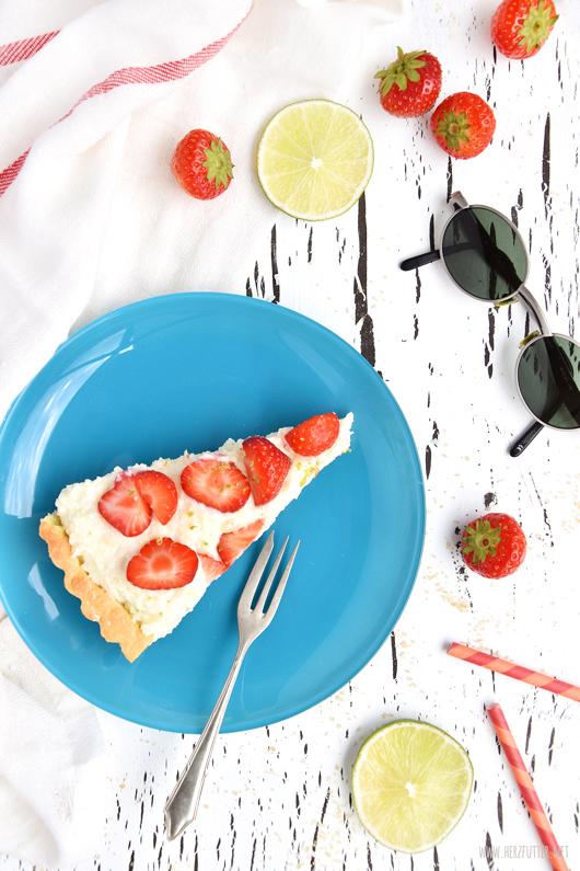 Erfrischender Kuchen mit Erdbeeren, Kokos und Raffaellos