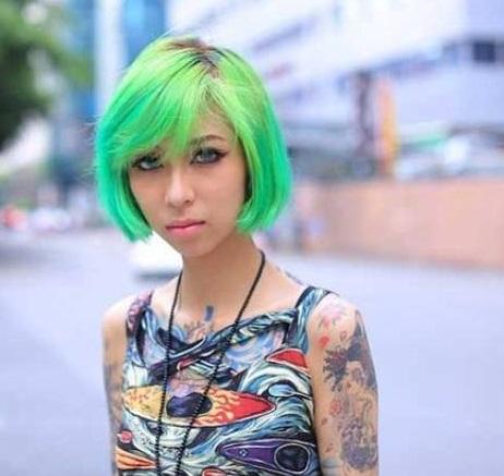 rambut lurus pendek warna hijau wanita bertato