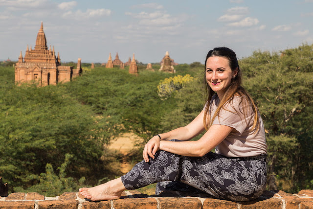 Lena entre los templos de Bagan, Myanmar
