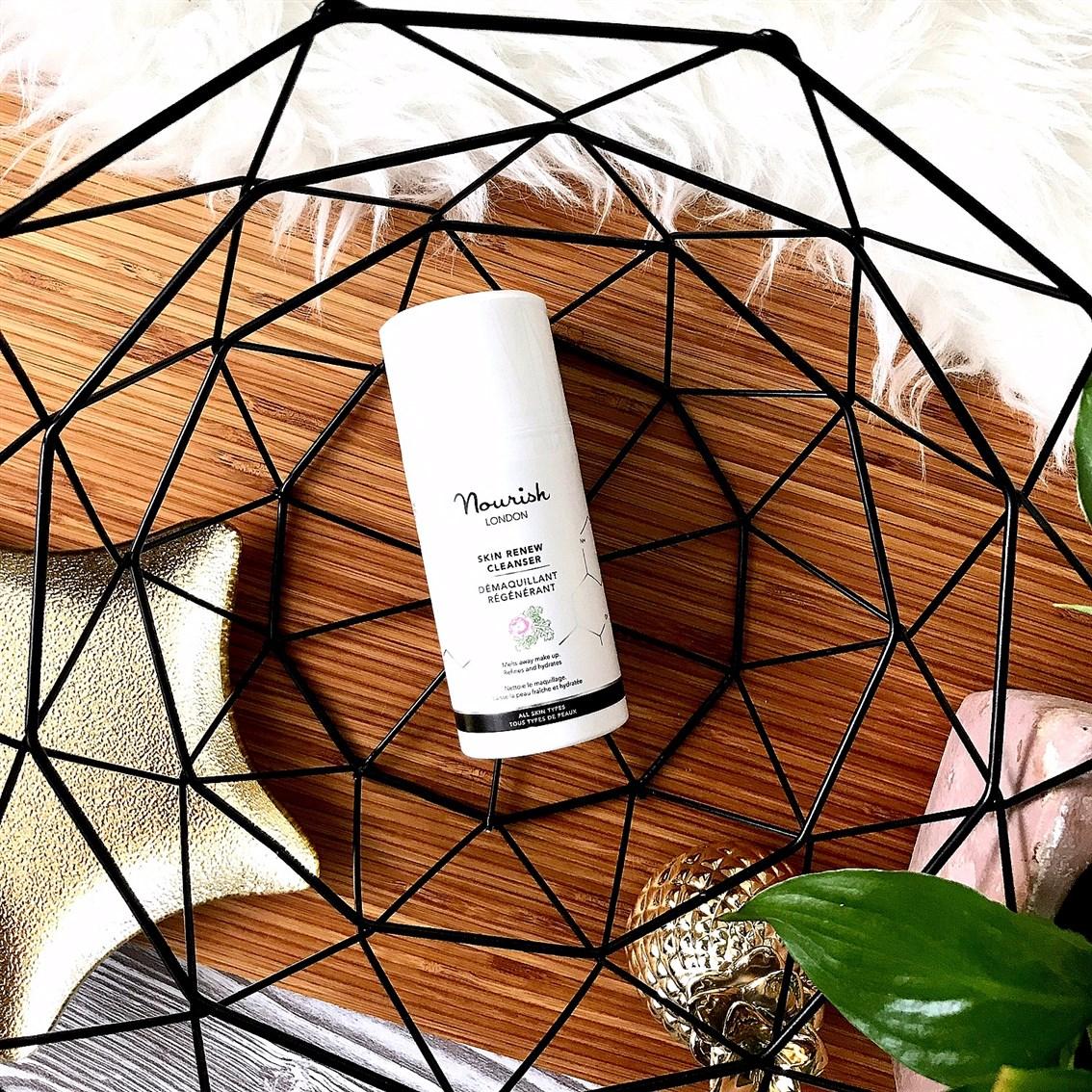 zdjęcie przedstawiające emulsję oczyszczającą Nourish Skin Renew Cleanser