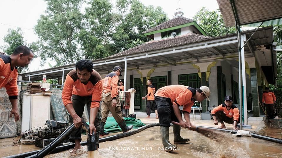 Relawan PKS bersihkan Masjid di Desa Sirnuboyo Pacitan (FB PKS Jawa Timur)