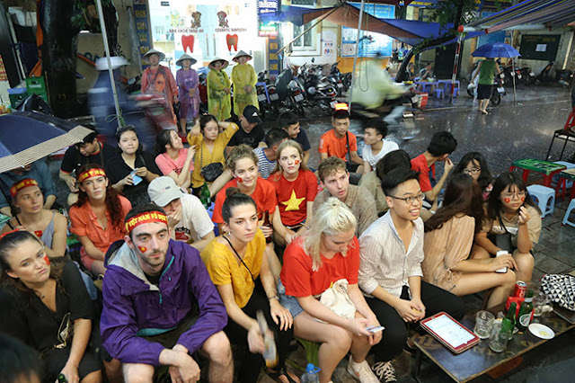 Photo: Foreign tourists also sad when Vietnam loses Korea 1
