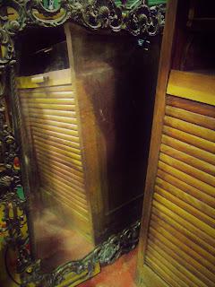 detalle de mueble de persiana reflejado de casa fecrero en desembalaje cantabria