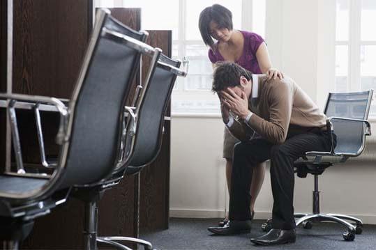 Persona desconsolada por la perdida de su trabajo