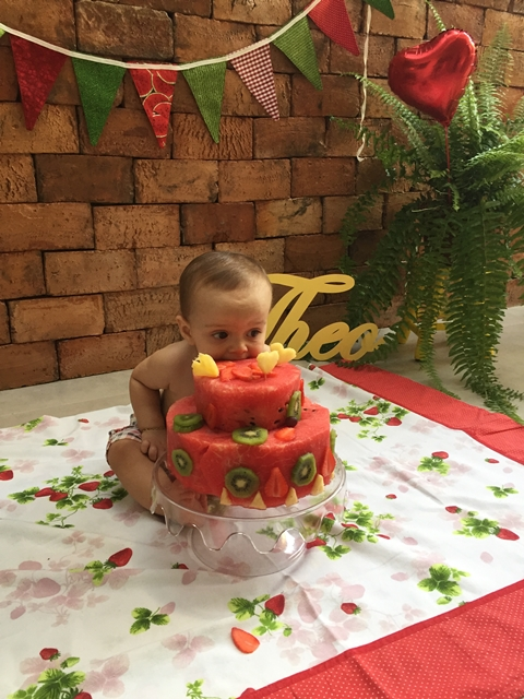 bebê esmagando frutas