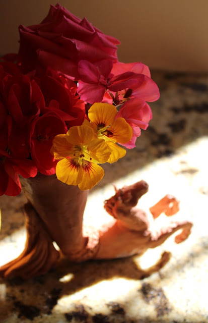 horse, vase, animal, bouquet, terracotta, Sarah Myers, orange, yellow, red, coral, nasturtiums, geraniums, rose, pelargoniums, sunlight, rhyton, ceramic, vessel, sculpture, arte, escultura, caballo, mane, decor, decorative, earthenware, salmon, clay, animal, figurative, flowers, bright, brilliant, cluster, garden, macro, close-up
