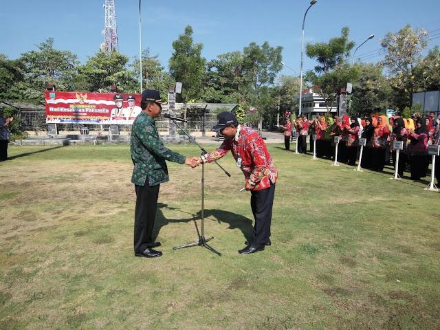 Tingkat kehadiran paling tinggi dalam Apel Pagi,Badan Kepegawaian Daerah (BKD) Kabupaten Probolinggo mendapat hadiah khusus dari Sekda Kabupaten  probolinggo www.kraksaan-online.con