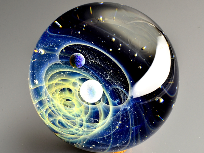 21-Satoshi-Tomizu-とみず-さとし-Galaxies-Sculpted-in-Space-Glass-Globes-www-designstack-co