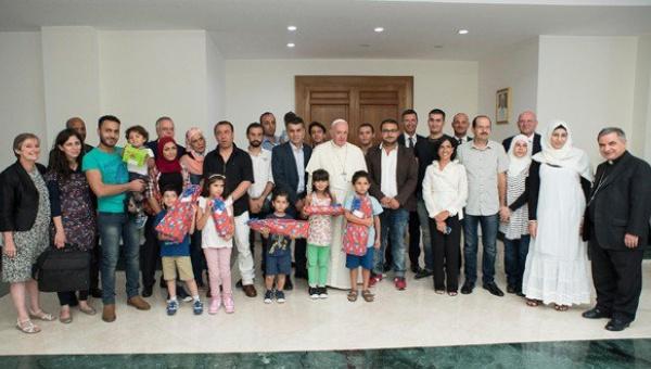 Papa Francisco almorzó en su casa con 21 refugiados sirios