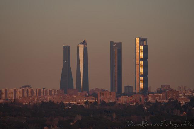 Fotografía de las 4 Torres de Madrid al atardecer.