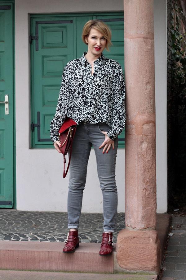 Erstes Frühlings-Outfit mit geblümter Bluse