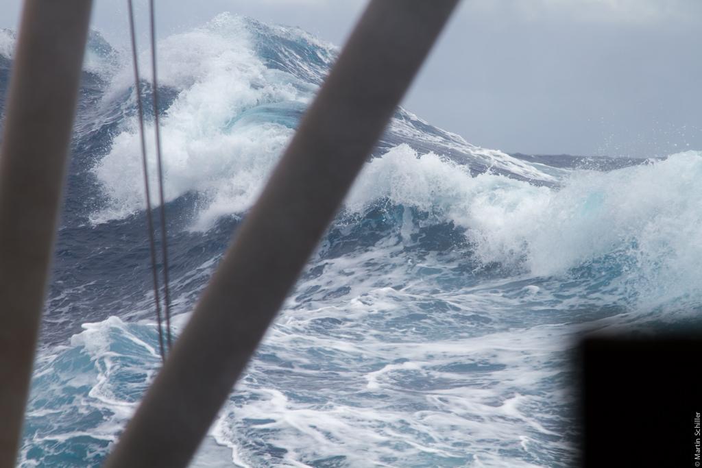 Segelyachten im sturm  Sturm 9 BFT und 7 Meter signifikante Wellenhöhe | Segelyacht INFINITY