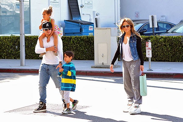 Jennifer Lopez on a walk with the kids and Casper by Smart View completely
