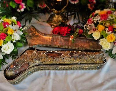 """Το Î±Î´Î¹Î¬Ï†Î¸Î¿Ï Î¿ πόδι της αγίας Φωτεινής της Î£Î±Î¼Î±Ï ÎµÎ¯Ï""""ιδοÏ'. Î™ÎµÏ Î¬ Μονή Î™Î²Î®Ï Ï‰Î½ Αγίου ÎŒÏ Î¿Ï…Ï'. http://leipsanothiki.blogspot.be/"""