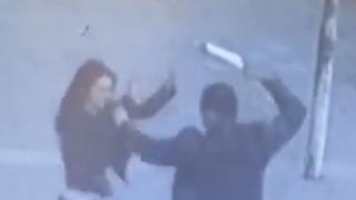 Άνδρας χτυπάει με μανία μια απροστάτευτη γυναίκα... δείτε όμως την συνέχεια (Βίντεο)
