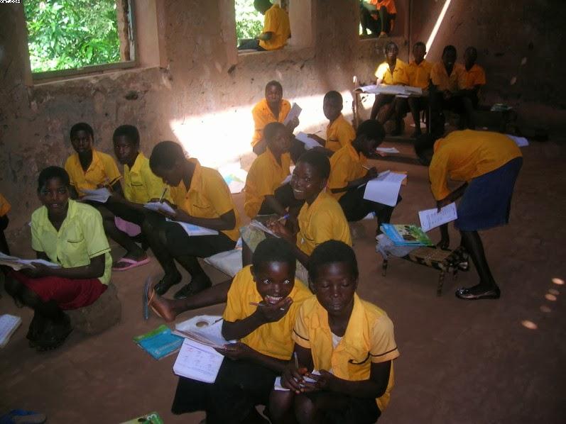 Un'aula della scuola elementare alla quale manca  parte del tetto