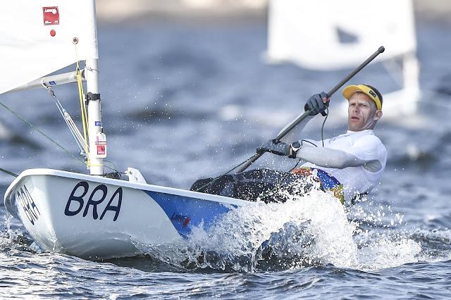 Robert Scheidt com seu barco em regata da classe laser da vela