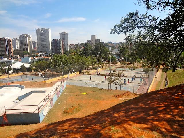 Quadras e pista de skate no Bosque Maia em Guarulhos
