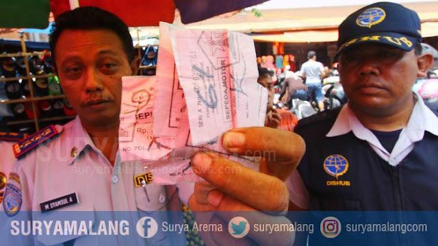 Kabid Parkir Dishub Kota Malang, Syamsul Arifin saat menggelar operasi gabungan dan menemukan karcis yang dilaminating, sedangkan beliau kini telah jadi pesakitan (suryamalang.tribunnews.com)