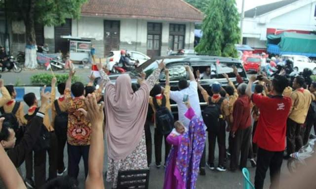 Ponorogo Pecah! Kunjungan Jokowi Disambut Warga Salam Dua Jari