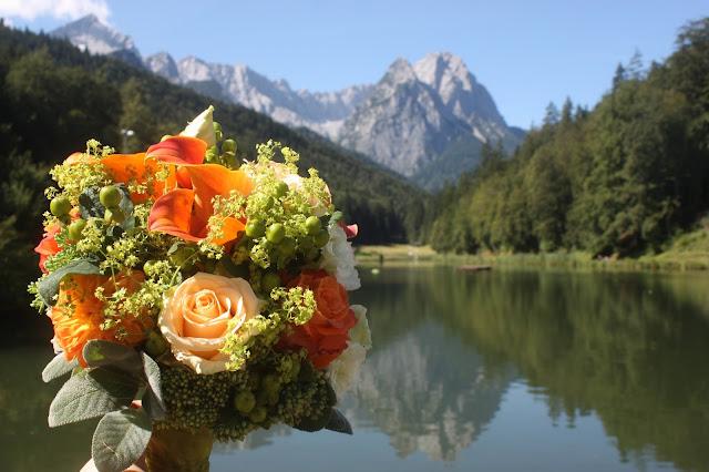 Brautstrauß mit Calla und Rosen - Hochzeit mit Reisemotto in Orange, Pfirsich, Apricot - Niederlande meets Russland in Garmisch-Partenkirchen, Riessersee Hotel, Bayern - Travel themed wedding orange colour scheme