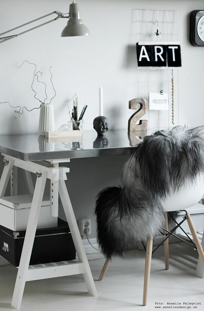 annelies design, webbutik, webshop, arbetsrum, hemmakontor, arbetshörna, nät, galler, siffra, baby doll ljusstake, box med pennor, fårskinn, isländskt, långhårigt, skinn, grått, grå, vykort, bokstäver, inredning, varberg,